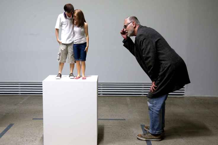 ron-mueck-visitor-looks-at-7a26-diaporama